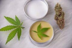 Konopiana śmietanka z marihuaną opuszcza - marihuan topicals pojęcie fotografia stock