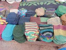 Konopiani kapelusze dla sprzedaży na Środzie Wprowadzać na rynek w Anjuna, Goa, India zdjęcia stock