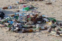 Konsequenzen der Küstenverschmutzung auf dem Haad Rin setzen nach der Vollmondpartei auf Insel Koh Phangan auf den Strand thailan Lizenzfreie Stockfotos