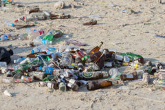 Konsequenzen der Küstenverschmutzung auf dem Haad Rin setzen nach der Vollmondpartei auf Insel Koh Phangan auf den Strand thailan Stockbild