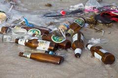 Konsequenzen der Meerwasserverschmutzung auf dem Haad Rin setzen nach der Vollmondpartei auf den Strand KOH Phangan, Thailand Lizenzfreie Stockfotografie