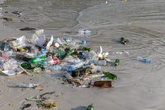 Konsequenzen der Meerwasserverschmutzung auf dem Haad Rin setzen nach der Vollmondpartei auf Insel Koh Phangan, Thailand auf den  Stockbilder