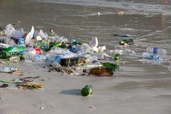 Konsequenzen der Meerwasserverschmutzung auf dem Haad Rin setzen nach der Vollmondpartei auf Insel Koh Phangan, Thailand auf den  Lizenzfreie Stockfotografie