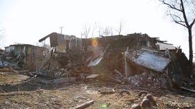Konsequenzen des Unfalles Ruinierte Holzhäuser stock footage