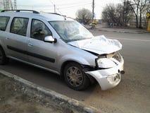 Konsequenzen eines Autounfalls Verletztes Auto stockfoto