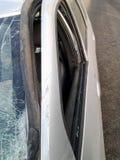 Konsequenzen eines Autounfalls Verletztes Auto stockbild