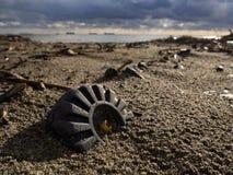 Konsequenzen eines Spielzeugschiffbruchs nach einem Sturm lizenzfreies stockfoto