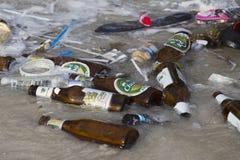 KonsequenzMeerwasserverschmutzung auf dem Strand nach Vollmondpartei in Thailand Abschluss oben Stockfotos