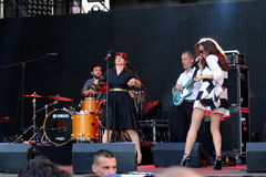 Konsert av den populal franska projektnouvellen Vaguesinger på den Francofolies festivalen i Blagoevgrad, Bulgarien 18 06 2016 Royaltyfri Fotografi