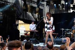 Konsert av den populal franska projektnouvellen Vaguesinger på den Francofolies festivalen i Blagoevgrad, Bulgarien 18 06 2016 Royaltyfri Foto