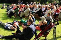 Konsert för levande musik i parkera i staden Rotterdam i sommaren Royaltyfri Foto