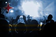 Konsert för levande musik med att blanda den Aruba flaggan på fans Fotografering för Bildbyråer