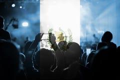Konsert för levande musik med att blanda den Guatemala flaggan på fans arkivbild