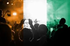 Konsert för levande musik med att blanda den `-Ivoire för skjul D flaggan på fans Royaltyfria Foton