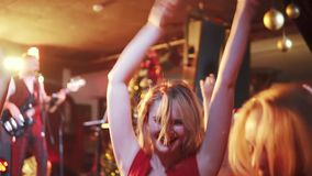 Konsert i en nattklubb unga kvinnor har roligt och att dansa stock video