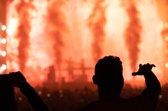 Konsert och konturfolk Mörk bakgrund, rök, konsert s royaltyfria foton