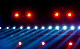 Konsertbelysning mot en mörk bakgrund Arkivbild