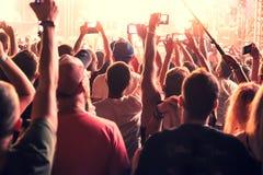 Konsertfans dansar royaltyfri bild