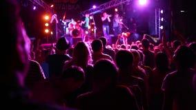 Konsertfolkmassa p? festivalen f?r levande musik Partihänder upp och dansa folk i massiv festivalfolkmassa stock video
