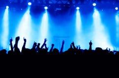 konsertfolkmassasilhouettes Arkivfoto