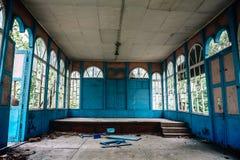 Konserthall med stora fönster, en gammal hasad byggnad, inre inom Arkivfoton