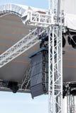 Konsertljud och belysningsutrustning på utomhus- etapp Arkivfoton