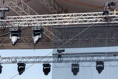 Konsertstrålkastare på utomhus- etapp Royaltyfria Bilder
