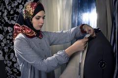 Konservativer Modedesigner mit Hijab Stockfotos