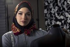 Konservativer Modedesigner mit Hijab Stockbilder