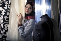 Konservativer Modedesigner mit Hijab Stockfoto