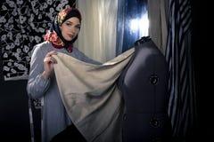 Konservativer Modedesigner mit Hijab Lizenzfreies Stockbild