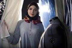Konservativer Modedesigner mit Hijab Lizenzfreie Stockbilder