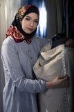 Konservativer Modedesigner mit Hijab Lizenzfreie Stockfotos