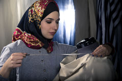Konservativer Modedesigner mit Hijab Stockbild