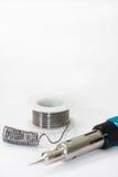 Konservieren Sie Lötmittel und einen Lötkolben auf Gas auf einem weißen Hintergrund Lizenzfreies Stockfoto
