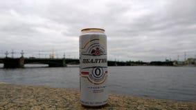 Konservieren Sie nicht alkoholische Biermarke Baltika in der Stadtstraße Lizenzfreies Stockfoto
