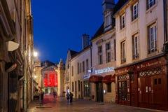Konservierte alte Straßen nachts in Dijon zentrieren Stockfotos