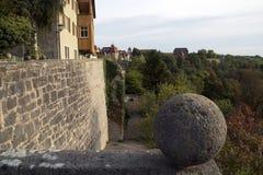 Konservierte Stadtmauer und das Tauber-Tal Ende des Nachmittages stockbilder