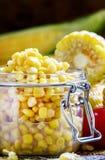 Konservierter Mais in einem Glasgefäß, selektiver Fokus stockfoto