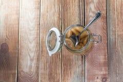 Konserviertes Birnen-Kompott im Glasgefäß mit Löffel stockfotos