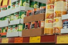 Konserwować jedzenie przy Normą francuski ciężki dyskontowy supermarket Fotografia Royalty Free
