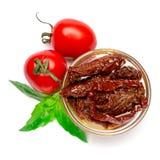 Konserwować Sundried lub wysuszone pomidorowe połówki w szklanym pucharze zdjęcia stock