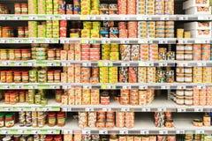 Konserwować jedzenie Na supermarketa stojaku Zdjęcia Royalty Free