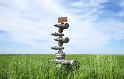 Konserwować szyb naftowy przeciw polu i niebu Zdjęcia Stock