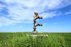Konserwować szyb naftowy przeciw polu i niebu Zdjęcia Royalty Free