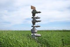 Konserwować szyb naftowy przeciw polu i niebu Zdjęcie Royalty Free