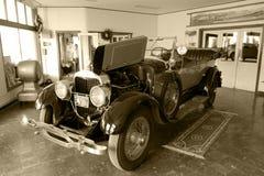 Konserwujący antykwarski samochód w starej klasycznej sala wystawowej Fotografia Royalty Free