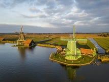 Konserwujący historyczni wiatraczki w Zaanse Schans blisko Zaandam zdjęcia stock
