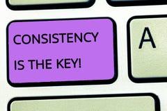 Konsistens för ordhandstiltext är tangenten Affärsidé för full dedikation till en uppgift en vana som bildar process arkivbild