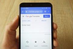 KONSKIE, ΠΟΛΩΝΙΑ - 18 Μαΐου 2019: το smartphone εκμετάλλευσης χεριών με Google μεταφράζει τον ιστοχώρο στοκ φωτογραφία με δικαίωμα ελεύθερης χρήσης